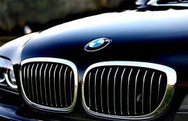 VIDEO: Dečak uzeo BMW roditelja da provoza devojku, mama ga stigla i pretukla kaišem