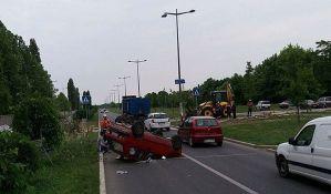 FOTO: Vozač lakše povređen u prevrtanju automobila na Bulevaru Evrope