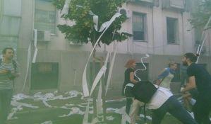 FOTO: Aktivisti gađali zgradu RTV toalet papirom