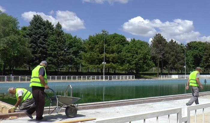 Inđija: Počelo postavljanje tobogana na gradskom bazenu