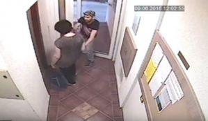 VIDEO: Lopov strgao lančić ženi u ulazu u zgradu