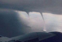 VIDEO: Tri tornada jurila avion