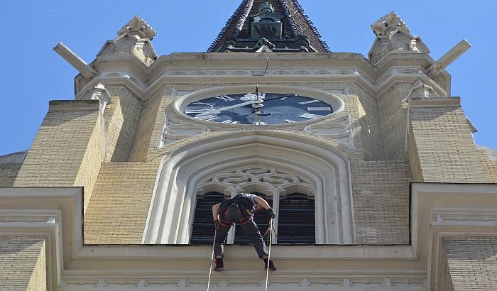 VIDEO: Radnik igrao uz Užičko kolo viseći sa Katedrale