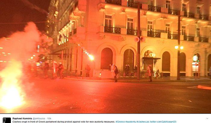 Neredi u Atini, parlament gađali molotovljevim koktelima