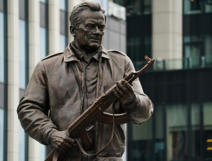 Na spomeniku Kalašnjikovu nemačka puška