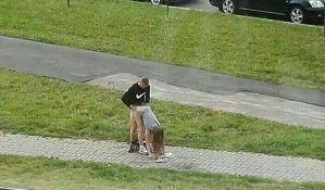 FOTO: Policija traži par zbog seksa nasred ulice
