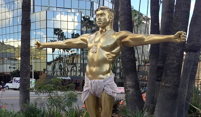 VIDEO: Zlatna skulptura razapetog Kanje Vesta u Los Anđelesu