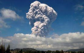 VIDEO: Erupcija vulkana u Indoneziji, izbacio stub pepela visok pet kilometara