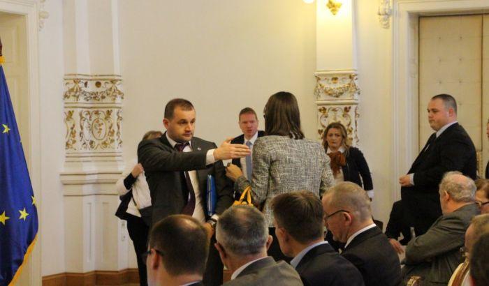 FOTO: Sudije, tužioci, advokati napustili javnu raspravu u Novom Sadu zbog pomoćnika ministra