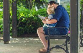 Roditelji provode četiri puta više vremena gledajući u mobilni nego čitajući deci