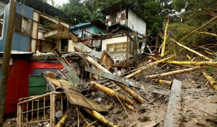 Desetine žrtava oluje Nejt, evakuacija radnika naftnih platformi