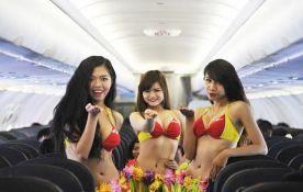 VIDEO: Aviokompanija morala da obeća da njene stjuardese neće biti polugole