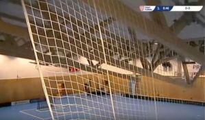 VIDEO: Srušio se krov tokom utakmice, igrači i publika na sigurnom
