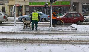 FOTO: Saobraćaj otežan zbog snega, na Vencu zabrana za teretnjake