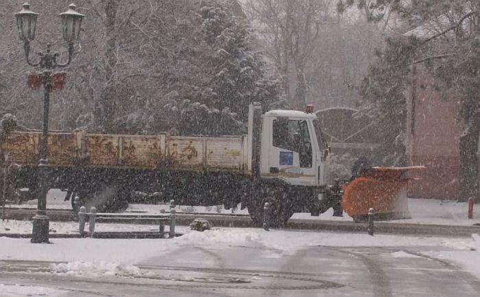 VIDEO: Zimska služba čisti sneg i posipa so na putevima u i oko Vrbasa