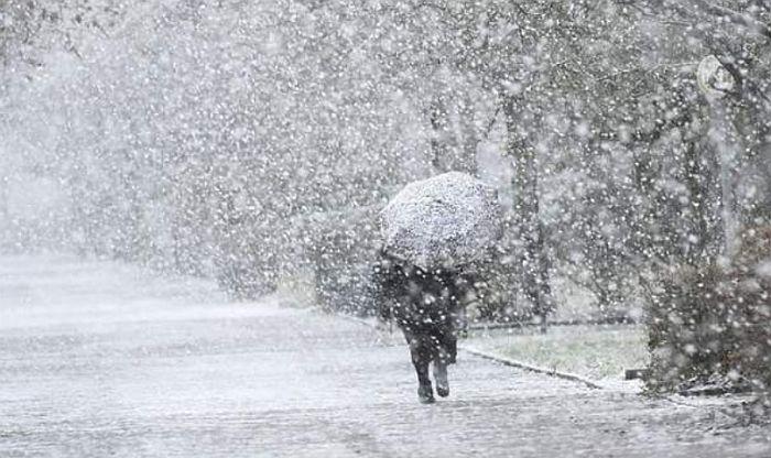 VIDEO: Oluje širom Evrope, vetar nosi ljude po ulici