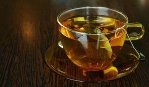 Zašto ne treba držati kesicu čaja u šolji dok ga pijete