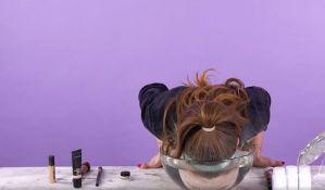 VIDEO: Devojke zaranjaju glavu u vodu da bi im šminka duže trajala