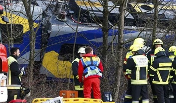 VIDEO: Voz naleteo na autobus pun turista, troje mrtvih