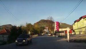 VIDEO: Dete se vozi na krovu automobila na putu u BiH