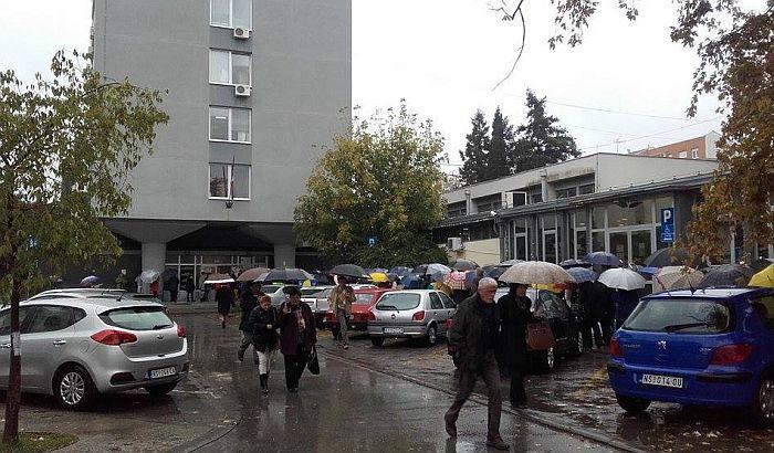 FOTO: Brojni građani po kiši čekaju na nove zdravstvene knjižice