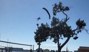 VIDEO: Deda Mraz umesto da sleti na plažu udario u drvo