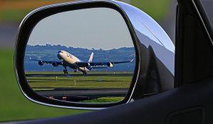 Putnik otvorio vrata aviona da bi došao do