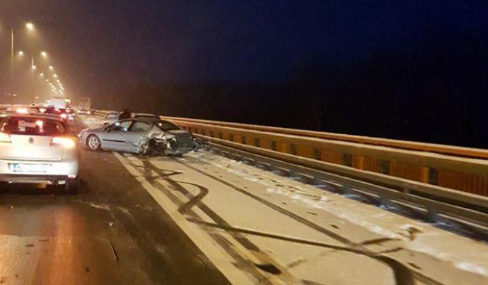 FOTO: Lančani sudar desetak vozila na mostu kod Beške