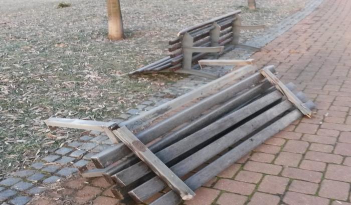FOTO: Izlomljene klupe u Limanskom parku