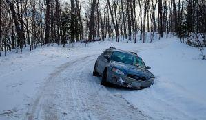 Kako da izvučete automobil zaglavljen u snegu