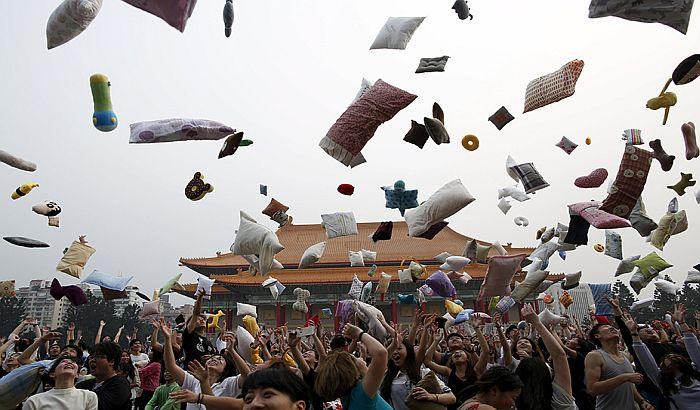 FOTO: Obeležen Dan tuče jastucima