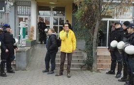FOTO: Izvršitelji iselili porodicu iz stana na Bulevaru kralja Petra
