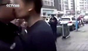 VIDEO: Muškarac poljubio policajca u usta prilikom hapšenja