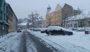 FOTO: Saobraćaj u Novom Sadu usporen zbog snega