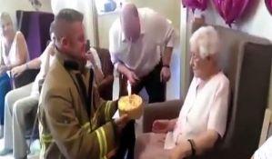 VIDEO: Napunila je 105 godina i za rođendan je poželela istetoviranog vatrogasca