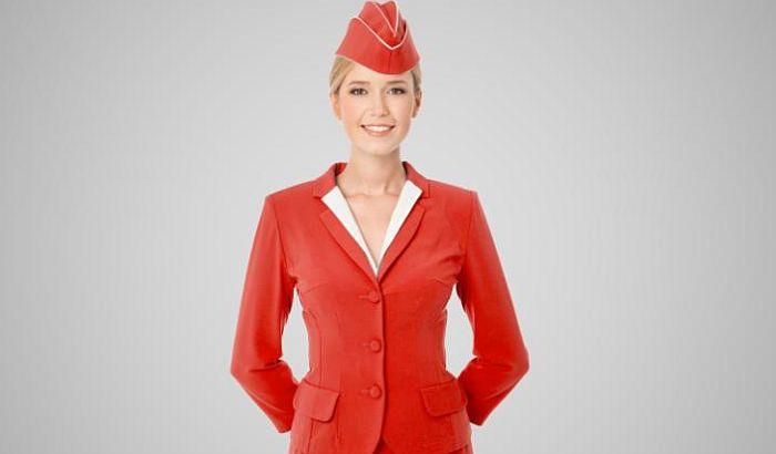 Zašto stjuardese uvek dočekuju putnike s rukama iza leđa?