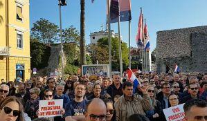 VIDEO: Desničari protestovali pred Frljićevu predstavu