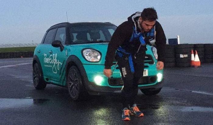 Prešao maratonsku stazu vukući automobil