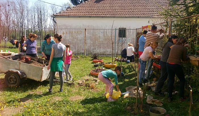 FOTO: Novosadska učiteljica sa prvacima uredila baštu da bi zdravo užinali