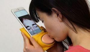 VIDEO: Kissenger - uređaj za ljubljenje na daljinu