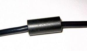 Čemu služi mali cilindar na kablu za punjenje laptopa?