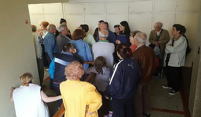 FOTO: Stanari sprečili izvršitelje da im oduzmu prostorije