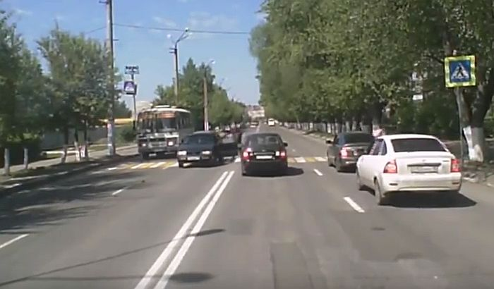 VIDEO: Kolima udario devojčicu na pešačkom, drugi vozači ga pretukli