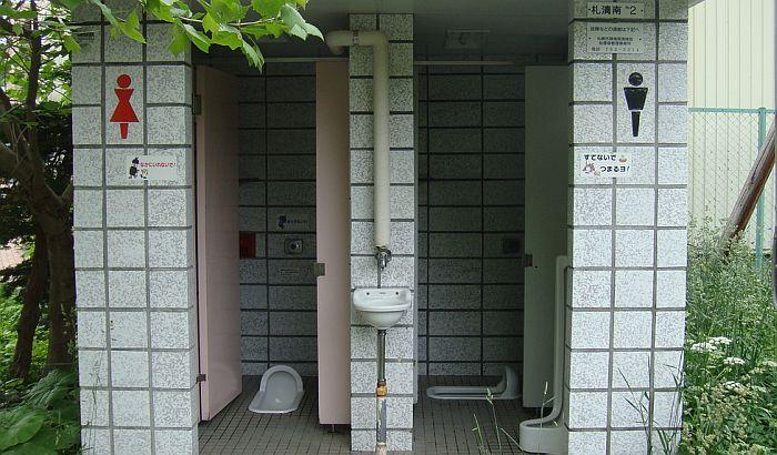 Bračni par deset godina živeo u toaletu da uštede za školovanje dece