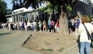 Gužve ispred socijalnog ne jenjavaju, građani traže hlad