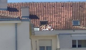 FOTO: Sunčale se na kosom krovu zgrade na Detelinari