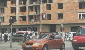 FOTO: Mladić višestruko povređen prilikom pada sa zgrade na Grbavici u stabilnom stanju