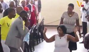 VIDEO: Sveštenik preko mobilnog telefona razgovarao sa Bogom