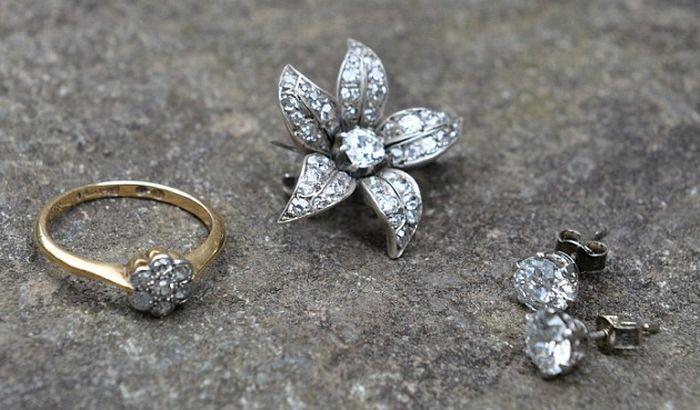 Fotelju platili pet funti i u njoj pronašli dijamante