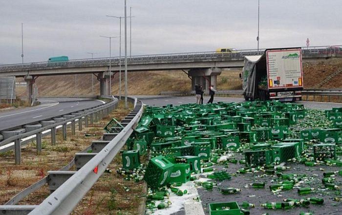 VIDEO: Iz kamiona ispalo 200 gajbi piva